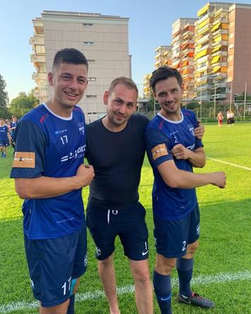 Stephan Feurstein (Mitte) und die beiden SVL-Spieler Fabio Feldkircher und Georg Bantel