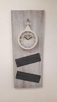 Altholzbrett mit Shabby Chic Uhr und zwei Schieferplatten
