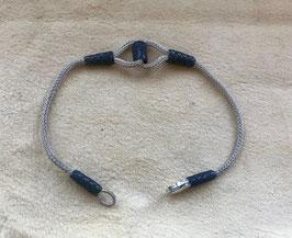 Silber Kordel Armband hell mit langem eingefassten dunkem, mittleren Knoten. Flexibel anliegendes UNISEX Freundschaftsband