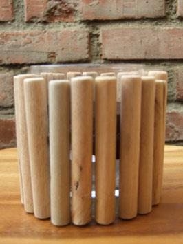 Teelichtglas, ummantelt mit Aststückchen