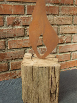 Holzdeko aus altem, naturblassenen Hartholz-Balken mit Flamme in Rostoptik