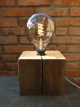 Tischlampe aus einem alten Balkenstück