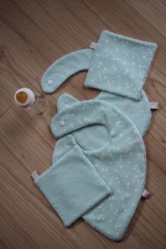 Kit naissance comprenant : Bavoir foulard + bavoir traditionnel + 1 attache-tétine + 2 carrés assortis offerts