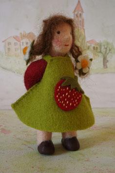 Erdbeerkind, Erdbeermädchen, Puppe für den Jahreszeitentisch