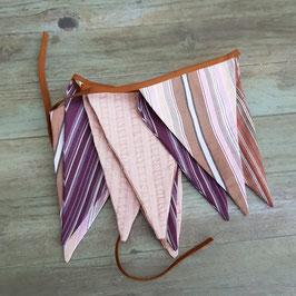 Guirlande  de fanions cousues dans des tissus violet, rose, marron