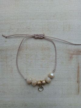 Cremefarbenes Textilarmband mit cremefarbenen Perlen und Glasanhänger