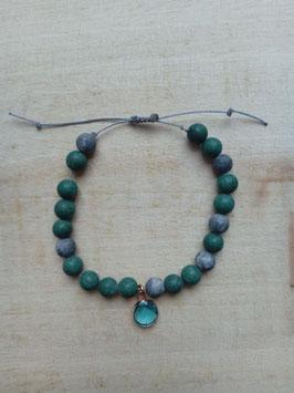 Armband mit grün-grauen Natursteinperlen und türkis farbenen Glasstein-Anhänger.