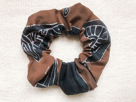 Batiktuk Scrunchie - brown space