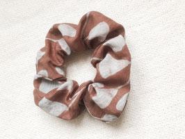 Batiktuk Scrunchie - brown leaves
