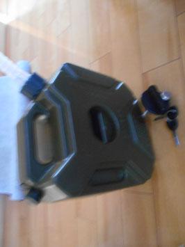 5リッター 樹脂タンク 固定金具鍵付き 錆びないタンクです。