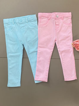 2 leuke broeken in het roze en blauw in maat 86