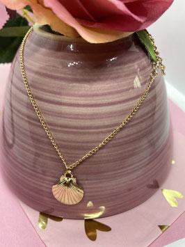 Een goudkleurig enkelbandje met een schelp hangertje