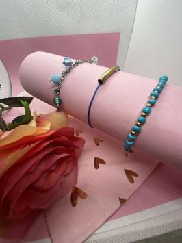 Een set van drie blauwe armbandjes