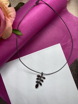 Ketting met een blad in donkerrode steentjes