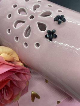 Een paar oorringetjes met zwarte bloemetjes van Dorothy Perkins