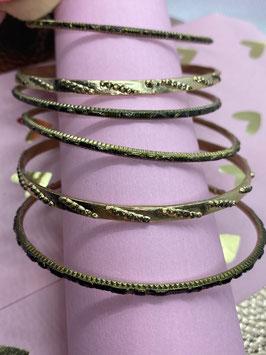zes goud kleurige armbanden