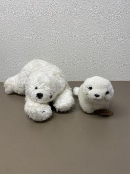 Twee knuffels bestaande uit een ijsbeer en een baby zeehond