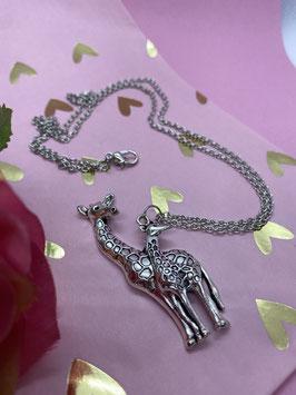 Een zilverkleurige lange ketting met twee giraffen