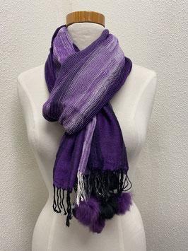 Een paarse sjaal in crêpe stof met pomponnetjes