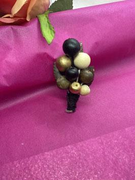 sierspelt in de vorm van een blad met goud kleurige balletjes