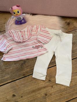 Gestreept shirt van Frendz en witte legging van Hema in maat 68