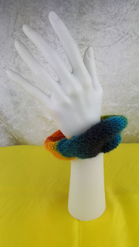handgestrickter Haargummi in Regenbogenfarben