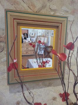 Miroir avec un encadrement en carton ondulé avec baguette triple niveau et trois liserets, vert, rouge et jaune.