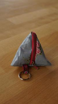 Pyramidentäschli grau mit Rosenmotiv