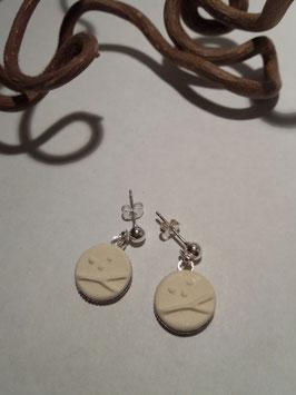 """petites boucles pendantes """"arbres"""" blanches supports en laiton argenté"""