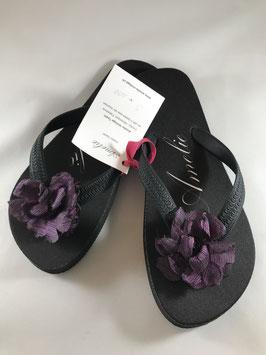 Flip Flop schwarz, Grösse S, 36-38. Die Lila Flores sind aus Polyester. Véronique verbrennt mit ihrer speziellen Technik die Petalen.