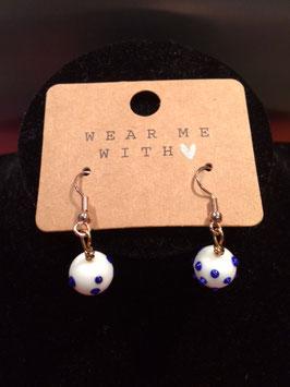 Witte muranobolletjes met blauwe stippen