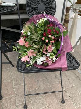 Blumenstrauss, locker, luftig und sehr natürlich gebunden.