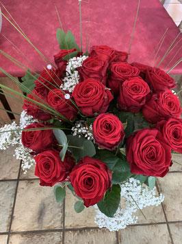 Blumenstrauss mit roten langstieligen Rosen mit Grün.