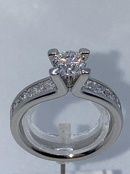 Brillantsolitäring in Platin mit  2,5 ct Diamanten besetzt und von einem Einkaräter gekrönt