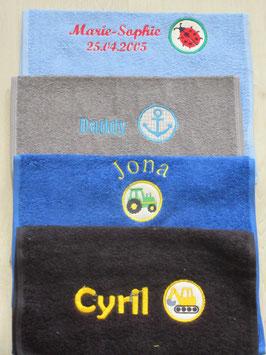 Besticktes Handtuch mit Name und Stickbutton