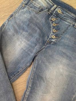 Jeanshose mit schräger Knopfleiste