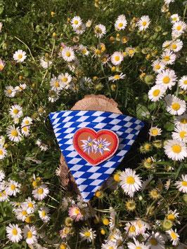 """Dreieckstuch Hundehalsband """"Raute blau-weiß + 2 Edelweißblumen im roten Herz"""""""
