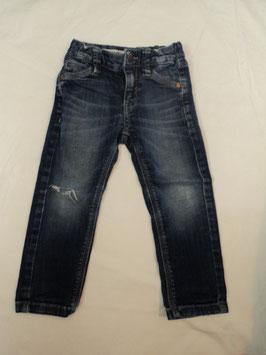 463 Jeans dunkelblau ,an einem Bein Loch, sieht aber cool aus von S'OLIVER Gr. 92/98
