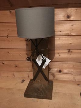 Lampe viereckiger Holzständer + Ski + Stöcke + grauer Schirm