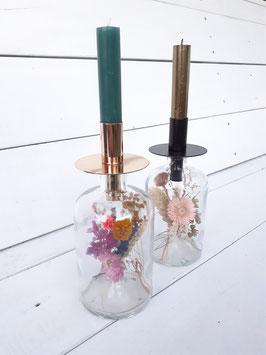 Glazen fles met dinerkaarshouder en kaars