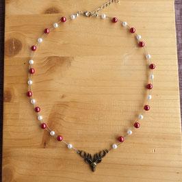 Hirsch mit Perlenkette
