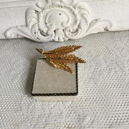 nr: 8002 vintage broche goudkleurig van veren/blaadjes