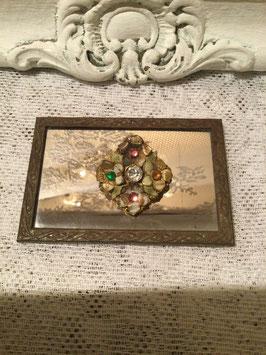 nr: I1 oude broche emaillen bloementjes met gekleurde steentjes