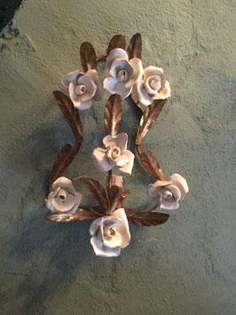 nr: LH10 oud antiek wandlampje met aardewerk witte roosjes