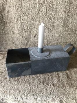 Zinken kandelaar met opbergruimte voor kaarsen