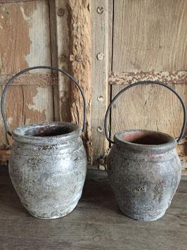 stenen pot met ijzeren handvat