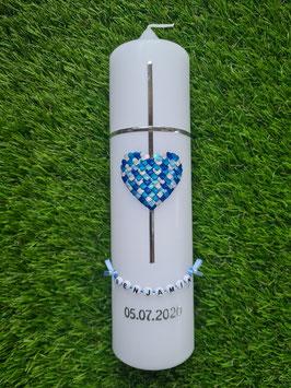 Taufkerze TK205 Kreuz Herzmosaik in Türkis-Hellblau-Dunkelblau-Silber Holoflitter/Buchstabenkette