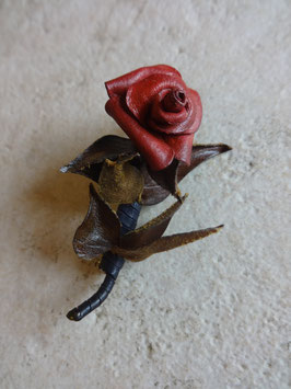 Broche rose cuir