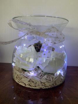 Vaas met bloemen en verlichting