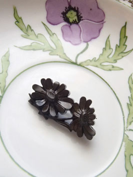 Brosch i troligen bakelit / 花のブローチ